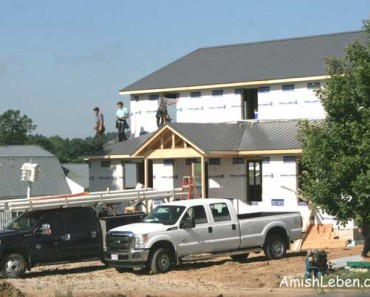 Amish-crew-working-on-new-house